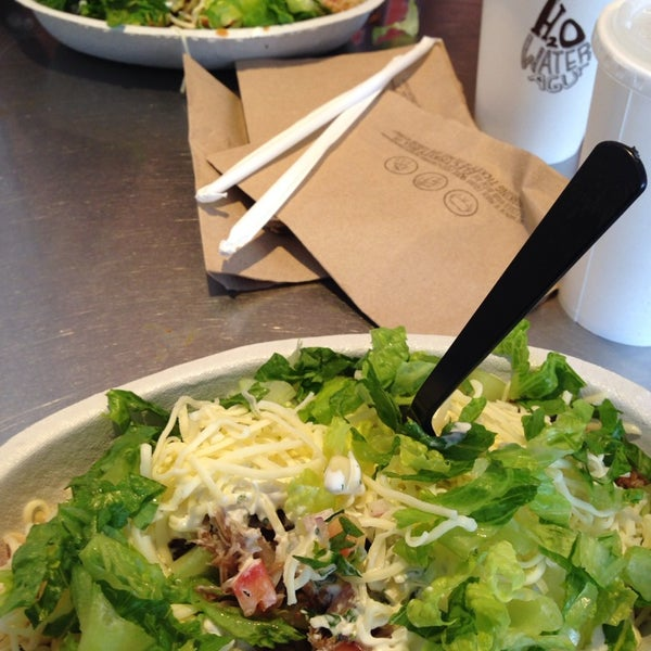 Photo taken at Chipotle Mexican Grill by Michael R. on 8/27/2013