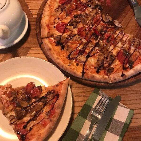 Рекомендую пиццу «Барбекю», очень вкусная. Демократичные цены (пицца+кофе+чай=260грн). Приятное обслуживание, просторные залы, вместе со счетом приносят комплимент. Очень хорошее место👍🏻