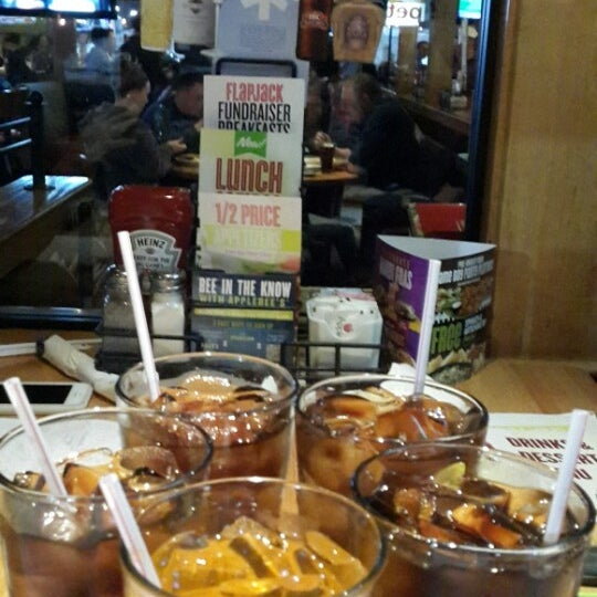 Photo taken at Applebee's Neighborhood Grill & Bar by dyg ☆°`~ on 3/1/2014