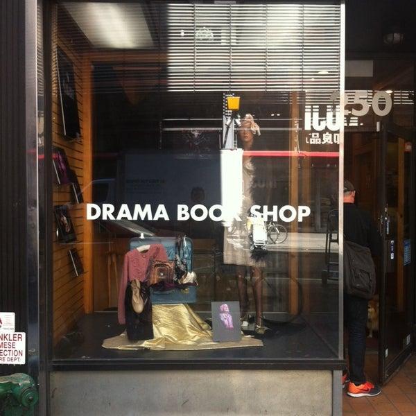 Foto tomada en Drama Book Shop por Junhwan K. el 4/24/2014