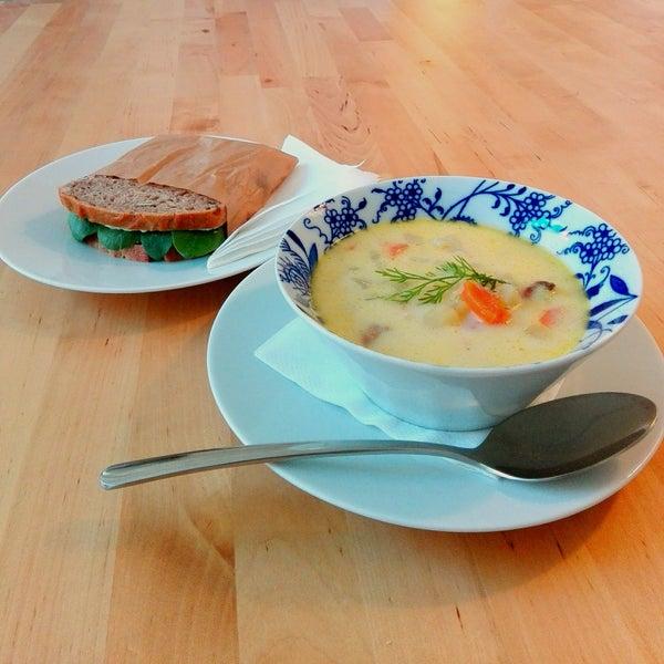 Foto diambil di Mikyna Coffee & Food Point oleh Denisa V. pada 1/11/2017