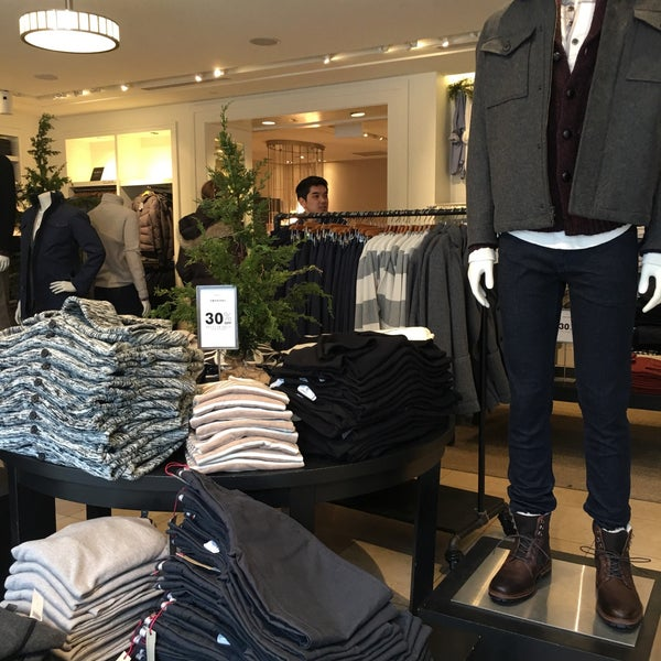 Photo taken at Banana Republic by Marco M. on 12/31/2016