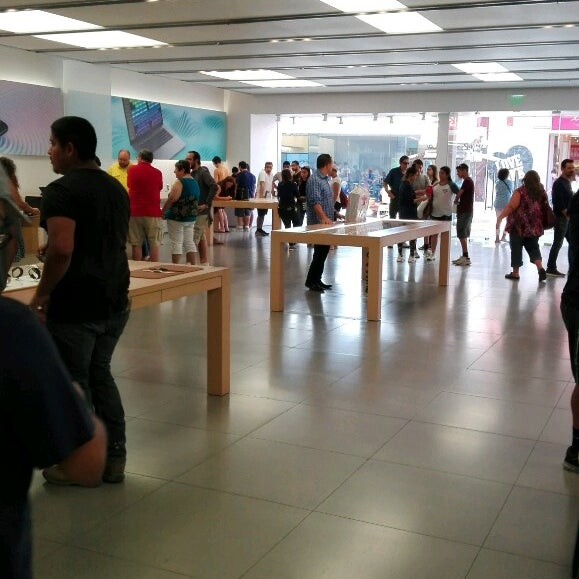 Photo taken at Apple La Cantera by cambizes s. on 7/29/2017