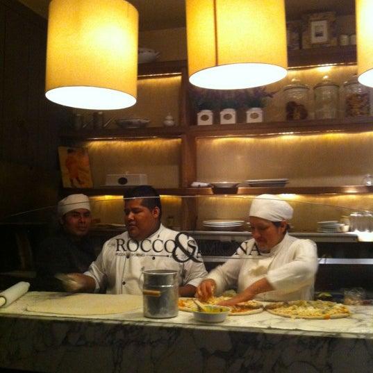 Foto tomada en Rocco & Simona Pizza al Forno por Carlos C. el 12/17/2012