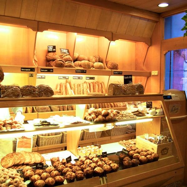 La mejor panadería de Barcelona. Harina ecológica, molida en piedra de molino y producto elaborado a partir de la masa madre, reposado de forma tradicional. Panes especiales y panettones deliciosos!