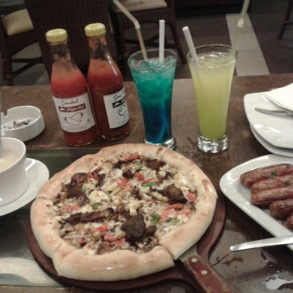 Photo taken at Pizza Hut by Fitria W. on 5/28/2014