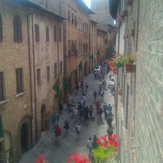 Ottima residenza dall'atmosfera veramente storica. I gestori sono persone molto gentili ed ospitali! Sicuramente consigliato per un soggiorno a San Gimignano. Le camere si affacciano sul corso.