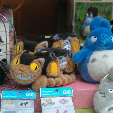 รูปภาพถ่ายที่ Kinokuniya Bookstore โดย Jordan R. เมื่อ 9/17/2011