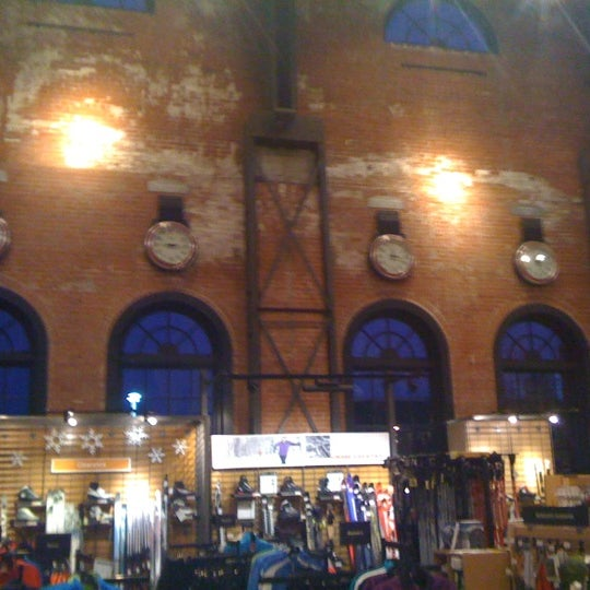 Foto tirada no(a) REI por Dom S. em 1/13/2012