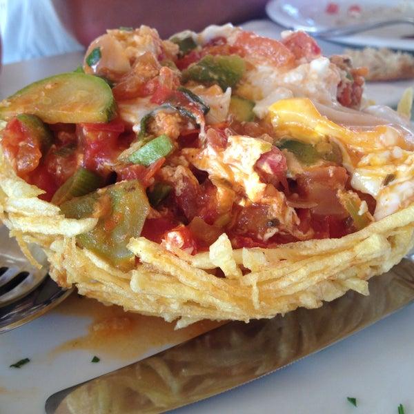 Ελληνική τσαχπίνικη κουζίνα. Ωραία ρεβυθάδα, σαλάτα με γλυστρίδα, στραπατσάδα σε φωλιά πατάτας, ταλιάτα μόσχου (μιαμ). Καλό σέρβις, ΟΚ τιμές
