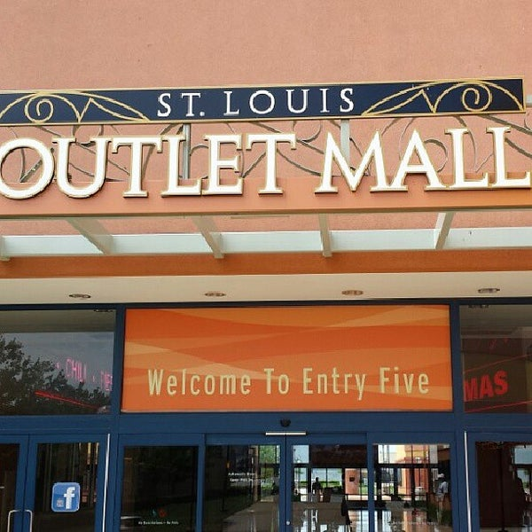 Photo taken at St. Louis Outlet Mall by Karlos on 5/20/2013