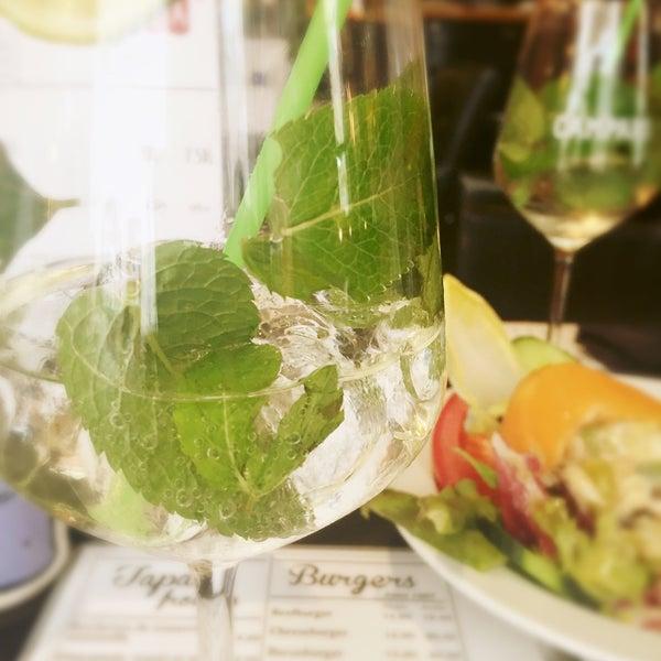 Photo prise au Demi Lune Café par Emilia K. le9/8/2016