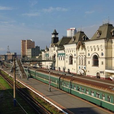 Вокзал Владивостока — конечная станция Транссибирской магистрали. Его расширили и надстроили подобно Ярославскому вокзалу в Москве, создав на обоих концах магистрали архитектурно законченные станции.