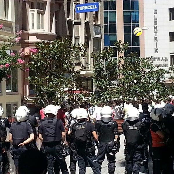 Foto scattata a Boğaziçi Elektrik Genel Müdürlüğü (Bedaş) da Ozgur U. il 8/5/2013