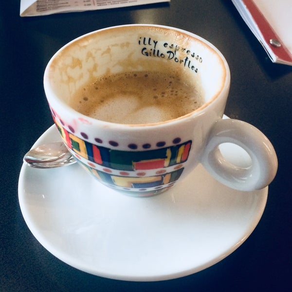 Отличное место где можно выпить чашечку вкуснейшего итальянского кофе.В меню новинки капучино на миндальном молоке.Любителям миндаля рекомендую!Единственный минус-можно наслаждаясь опоздать на работу
