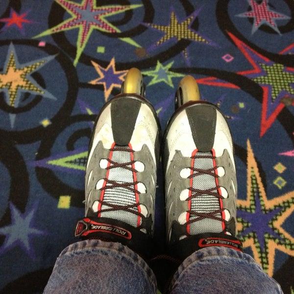 Das Foto wurde bei Skate Town von Fred C. am 1/5/2013 aufgenommen