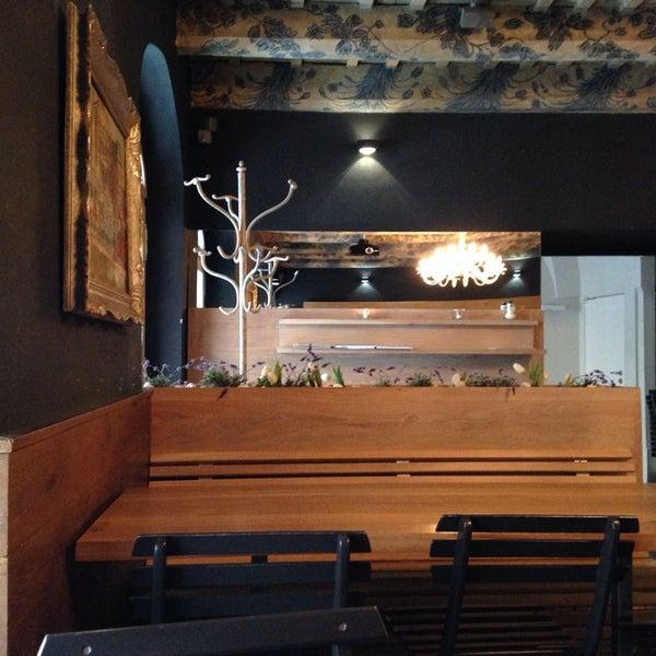 Krásná nadčasová kavárna. Milá obsluha a výborná káva. Jídlo příště. Ovšem zásadní error: NO WIFI! ;-////