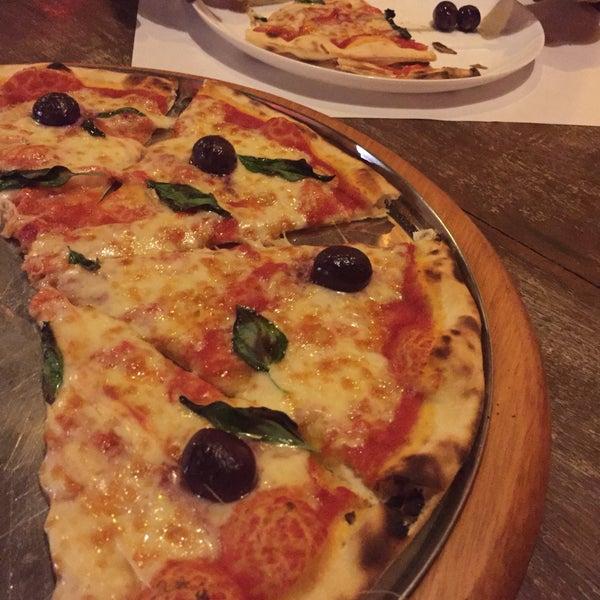 Fica no Beco das Cores. Pizza feita na lenha e tem preço justo. Comemos uma pizza grande (8 pedaços) Marguerita. Muito saborosa e tem a massa bem fina e crocante.