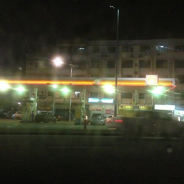 Photo taken at Shell (Hock Hoe Hin Hong Kee Sdn. Bhd.) by Izwan K. on 7/6/2013