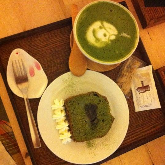 El sitio es muy agradable y tranquilo. Pedimos Matcha latte, quiche de okonomiyaki y bizcocho de té verde relleno de mochi y judia roja. Buenísimo! Volveremos :D!!!!