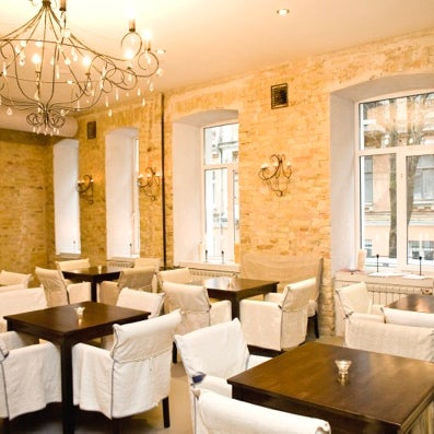 Осознанный (по словам владельцев) вегетарианский ресторан с с фреш баром, буфетом и семейным центром.