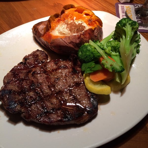 Photo taken at Outback Steakhouse by Adrian G. on 12/17/2013
