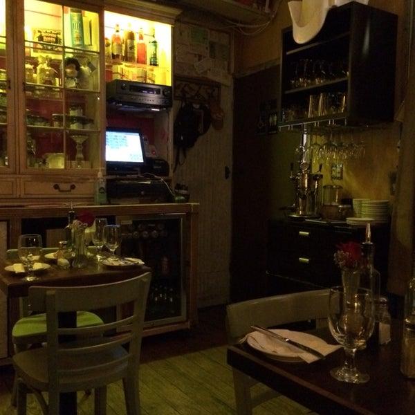 Un encantador teeny tiny restaurant de tapas Españolas, donde el ambiente, la comida y el dueño hacen que todo sea perfecto! La tortilla española, el pulpo a la plancha, la crema catalana de naranja!!