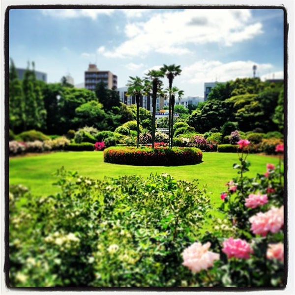 Photo taken at Shinjuku Gyoen by Takashi H. on 5/19/2013