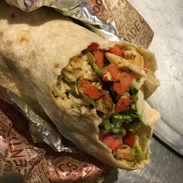 Photo taken at Chipotle Mexican Grill by Michèle L. on 8/4/2016