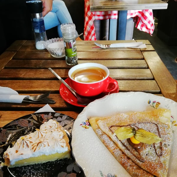 Nutellalı krebinden keklerine çok güzel bir yer, kişi de çok güzeldi. Mekan sahibi yaşlı kadın çok tatlı ve sadece Fransızca konuşuyor