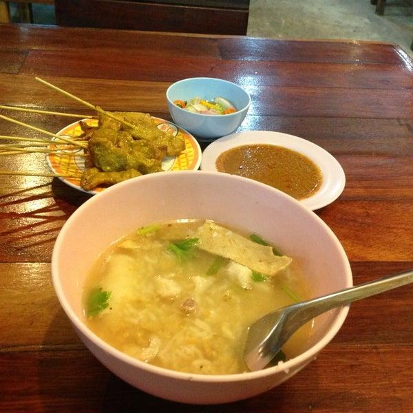Photo taken at หมูสะเต๊ะแม่กำไร by Beau J. on 8/23/2013