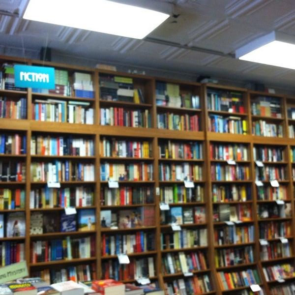 Foto tirada no(a) Politics & Prose Bookstore por Andra O. em 10/5/2013