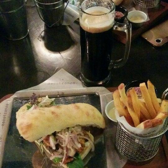 Foto tomada en La Maestranza Sandwich & Burger Bar por José Lubín S. el 4/27/2016
