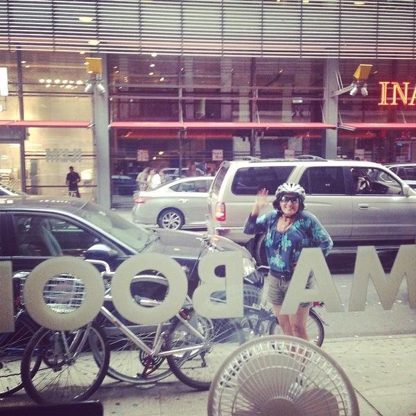 Foto tomada en Drama Book Shop por Becca A. el 8/15/2014