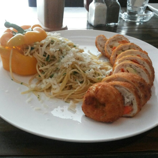 I really couldn't resist to try their chicken roll......... yummy