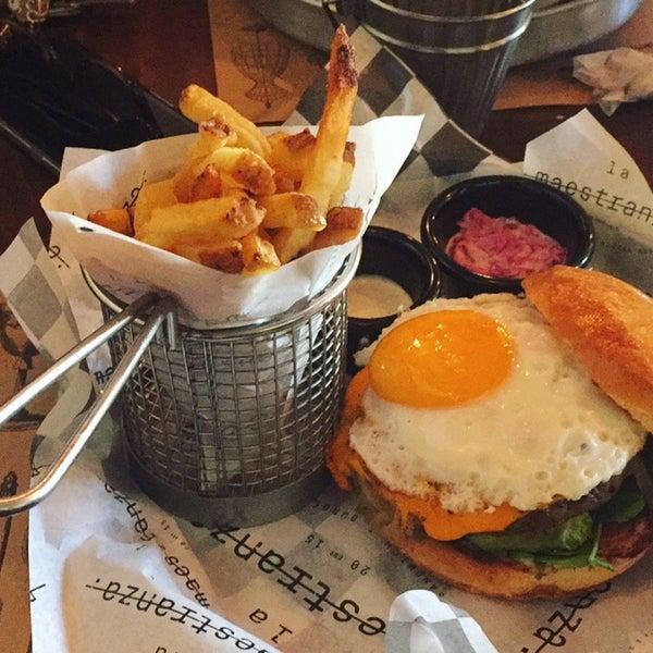 Foto tomada en La Maestranza Sandwich & Burger Bar por Dani G. el 5/20/2017