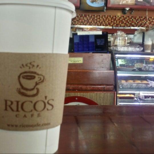 Foto tomada en Rico's Café Zona Dorada por Rebecca C. el 3/18/2015