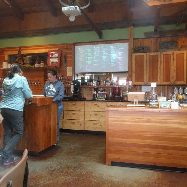8/22/2017 tarihinde Dion W.ziyaretçi tarafından Yachats Brewing + Farmstore'de çekilen fotoğraf