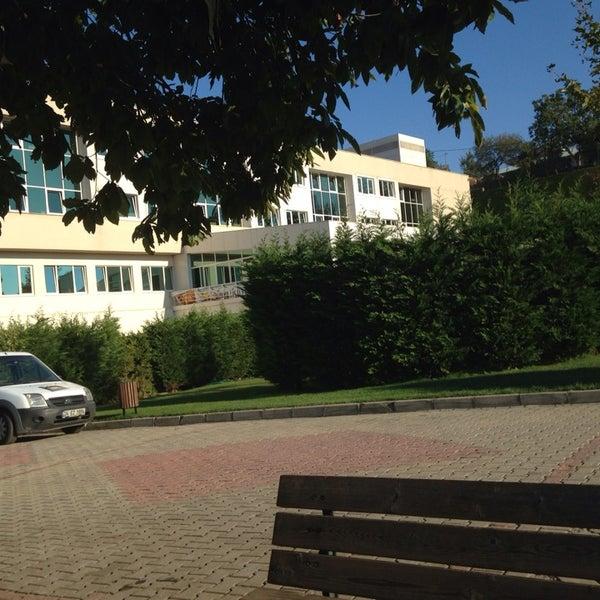 9/25/2013 tarihinde Deniz K.ziyaretçi tarafından Sarıyer Evyap Koleji'de çekilen fotoğraf