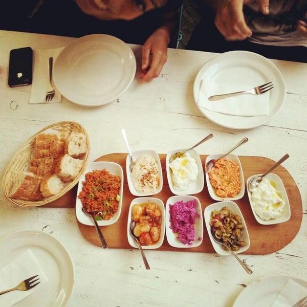 Ausgezeichnete Speisen, tolle Meze, erfrischende hausgemachte Limos, etwas hochpreisig.
