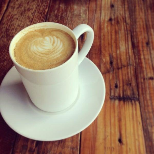 Foto tomada en Gaslight Coffee Roasters por Becki S. el 9/13/2013