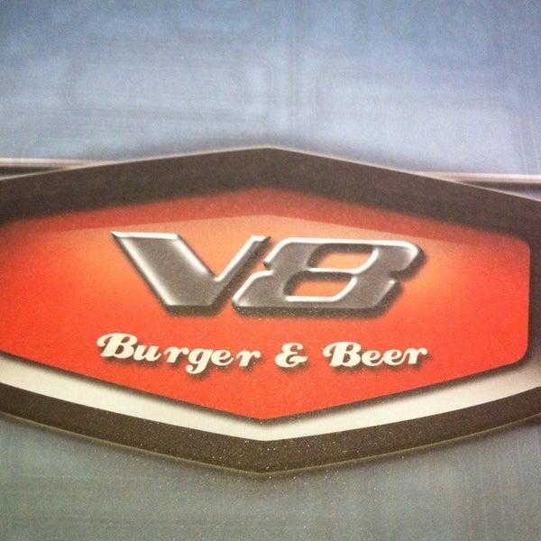 Foto tirada no(a) V8 Burger & Beer por Talita M. em 1/11/2014