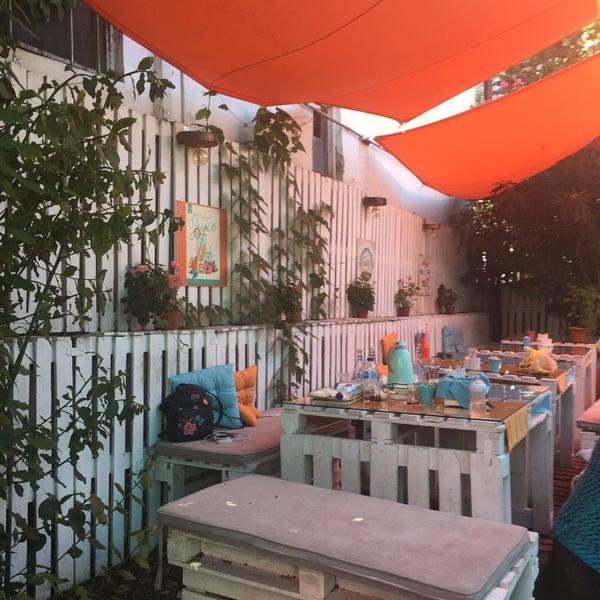 Das Foto wurde bei Büyükada Bistro Candy Garden von Yasemin B. am 8/10/2018 aufgenommen