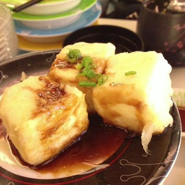 Photo taken at Sakae Sushi by Jasper T. on 2/12/2013