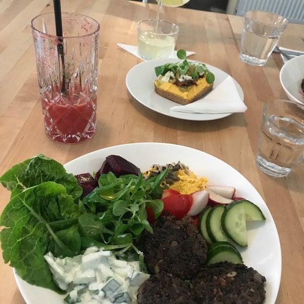 Foto diambil di Mikyna Coffee & Food Point oleh Teui Z. pada 8/1/2017
