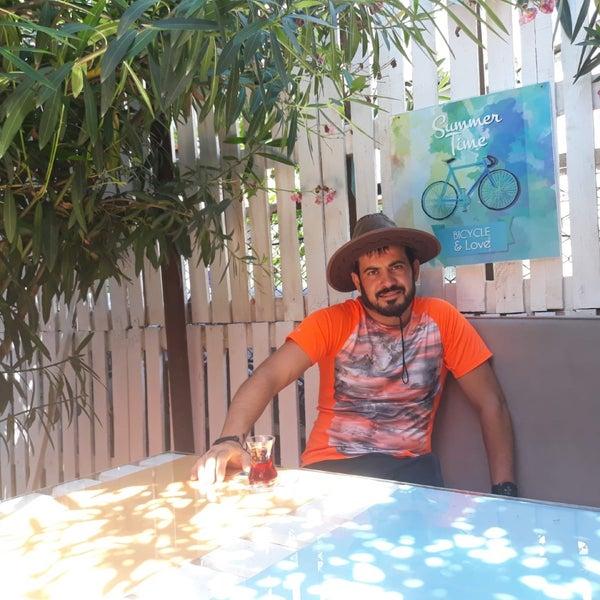 Das Foto wurde bei Büyükada Bistro Candy Garden von Kadir Y. am 7/15/2018 aufgenommen
