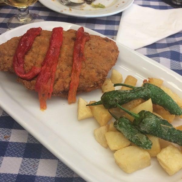 Foto tomada en Carlos Tartiere Restaurante Sidrería por Maru V. el 5/14/2014