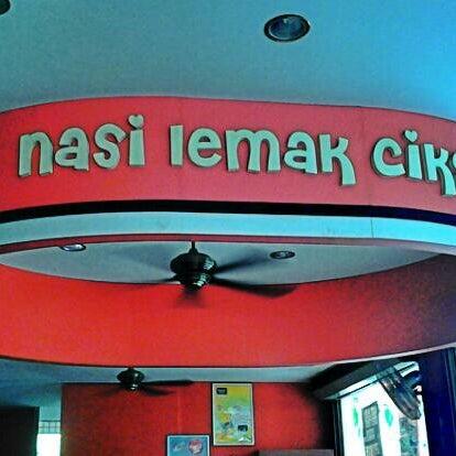 Photo taken at Nasi Lemak Cikgu by Filza S. on 10/7/2013