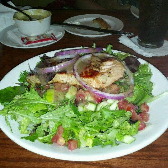 Photo taken at LongHorn Steakhouse by Bob H. on 6/30/2012