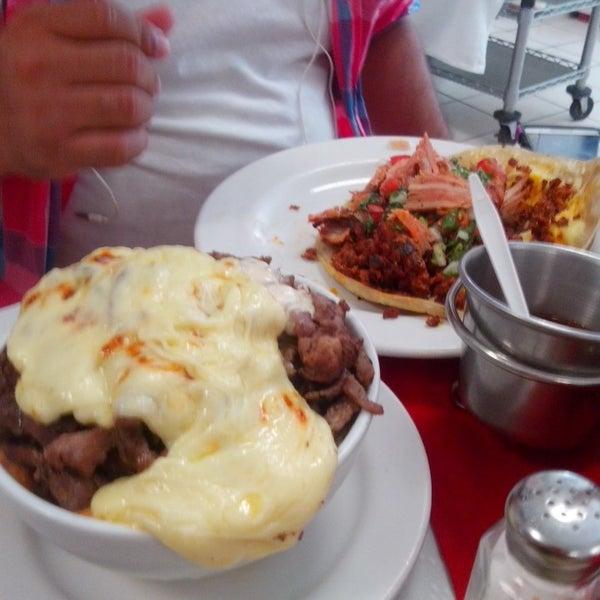 Foto tomada en Restaurante El Matador por Priscila C. el 8/23/2014